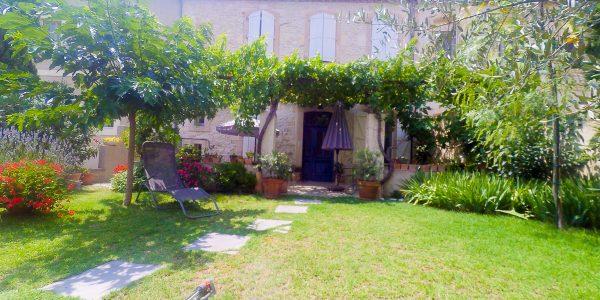 Maison vigneronne en pierres sur 2 faces avec jardin à vendre sur Narbonne en bordure du canal du midi