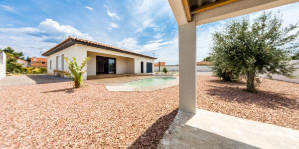 vue extérieure de cette villa 4 faces avec piscine à vendre sur Lézignan-corbières